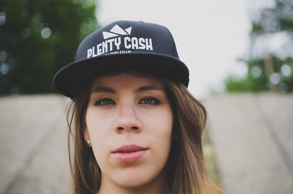femme avec casquette
